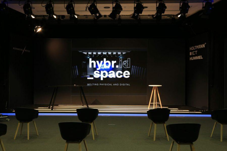 Leere Bühne mit Stühlen davor und LED Wand im Hintergrund
