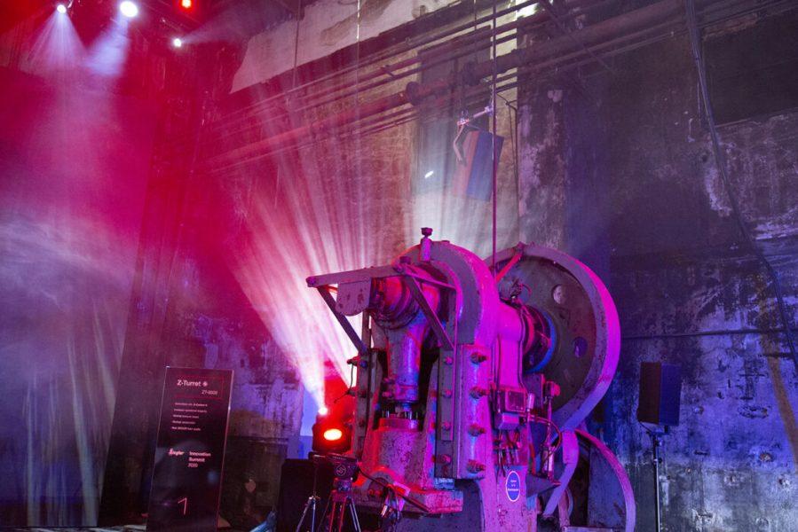 alte Industriehalle mit farbiger Beleuchtung