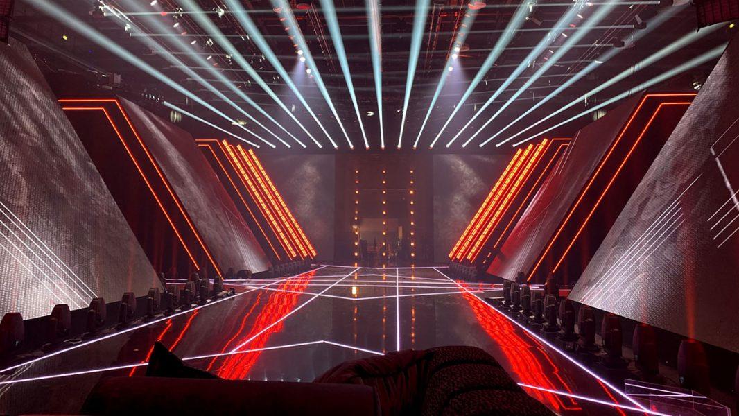 Beleuchteter Laufsteg von GNTM 2021 mit LED Wänden an der Seite sowie im Hintergrund und Scheinwerfern