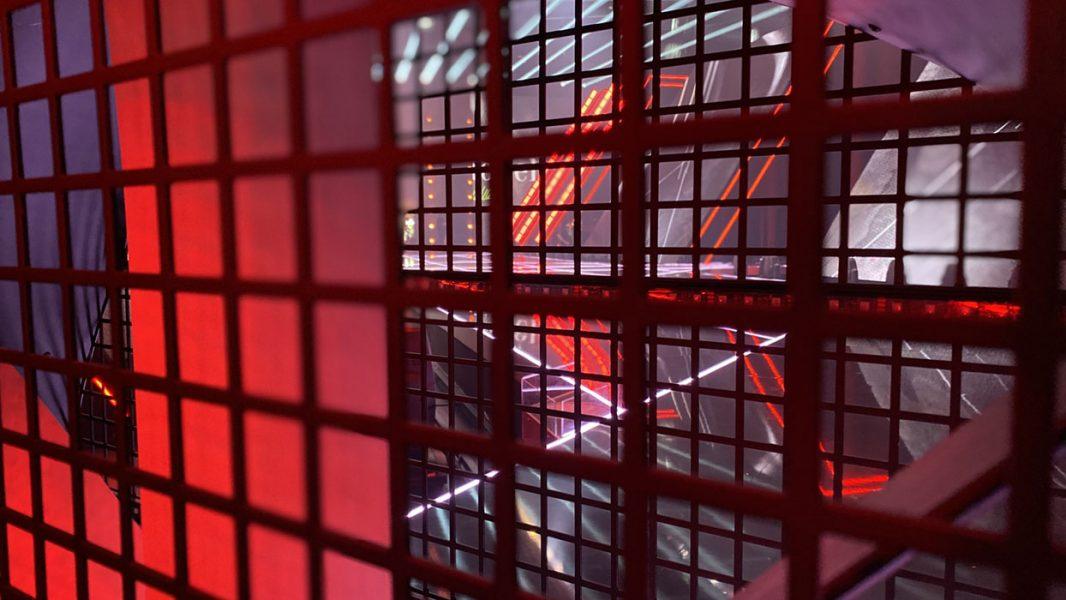 BackStage Blick durch ein Gitter auf den Laufsteg von GNTM 2021