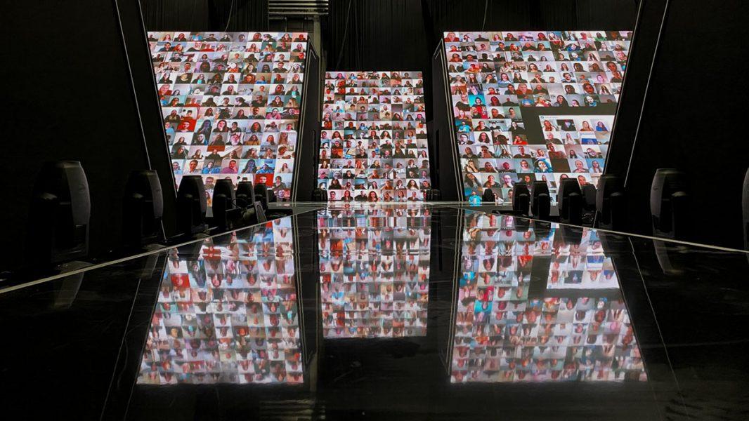 Laufsteg von GNTM 2021 mit LED Wand auf der die virtuellen Zuschauer abgebildet sind