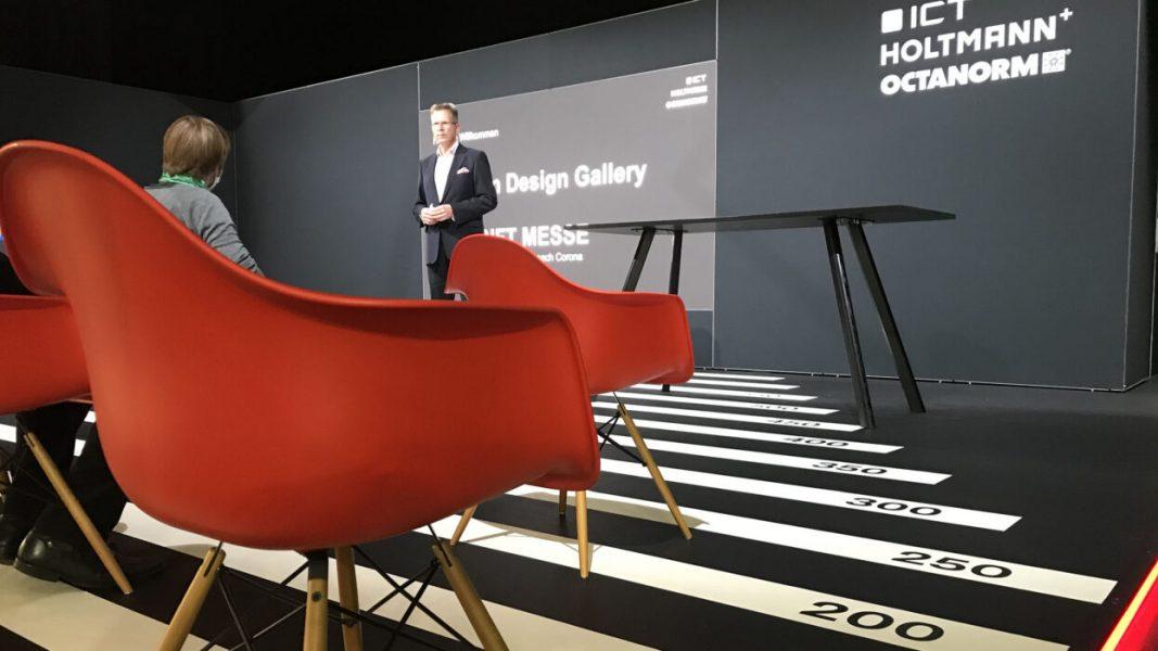 Roter Stuhl auf einem Messestand der ICT AG