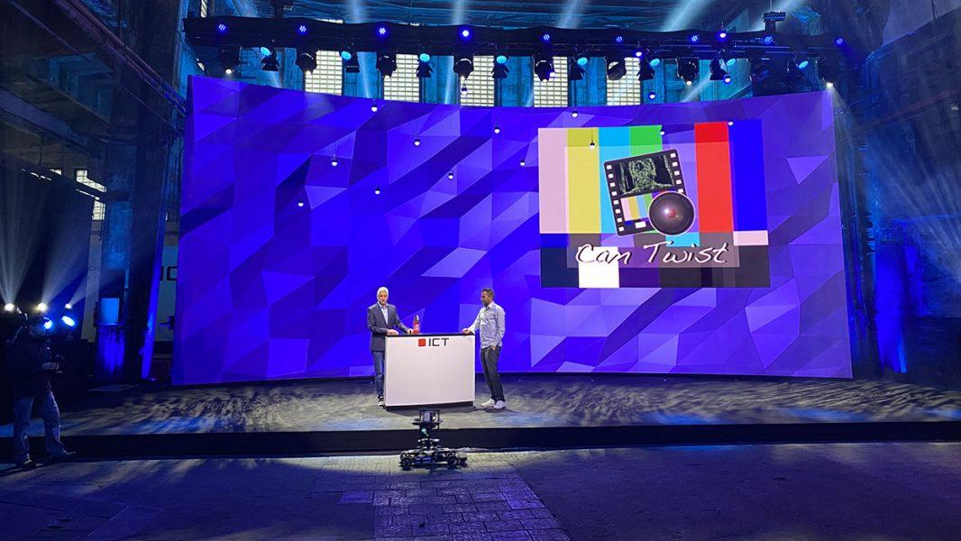 Pressekonferenz vor einer gebogenen LED Rückwand