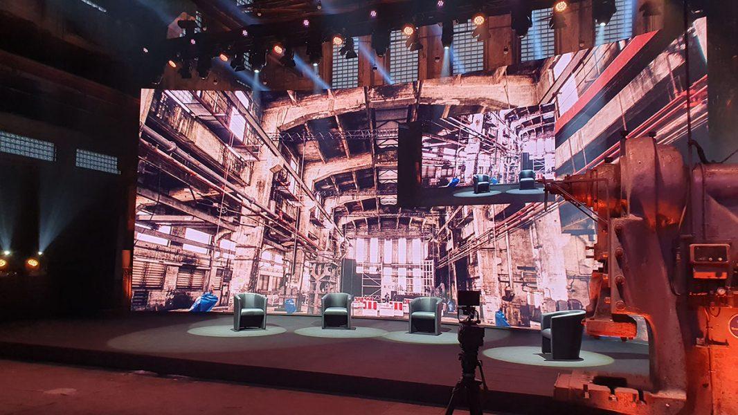 Sessel auf einer Bühne mit interaktiver Rückwand