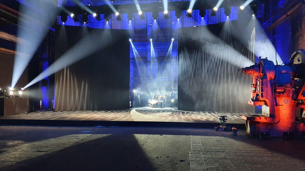 LED Wand öffnet und ein Motorrad fährt auf die Bühne