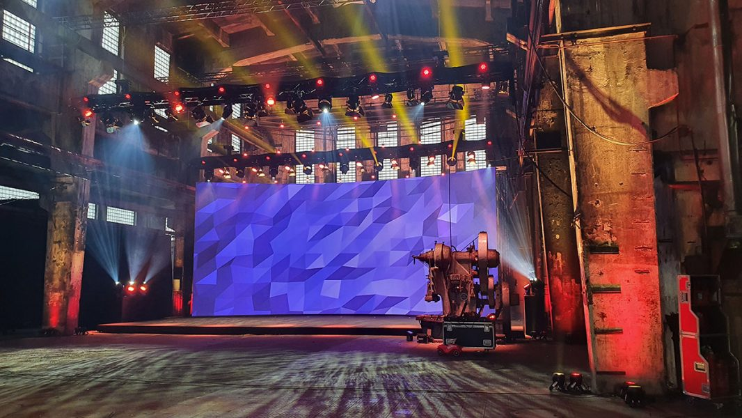 gebogene LED Bühne in der Motorworld Metzingen
