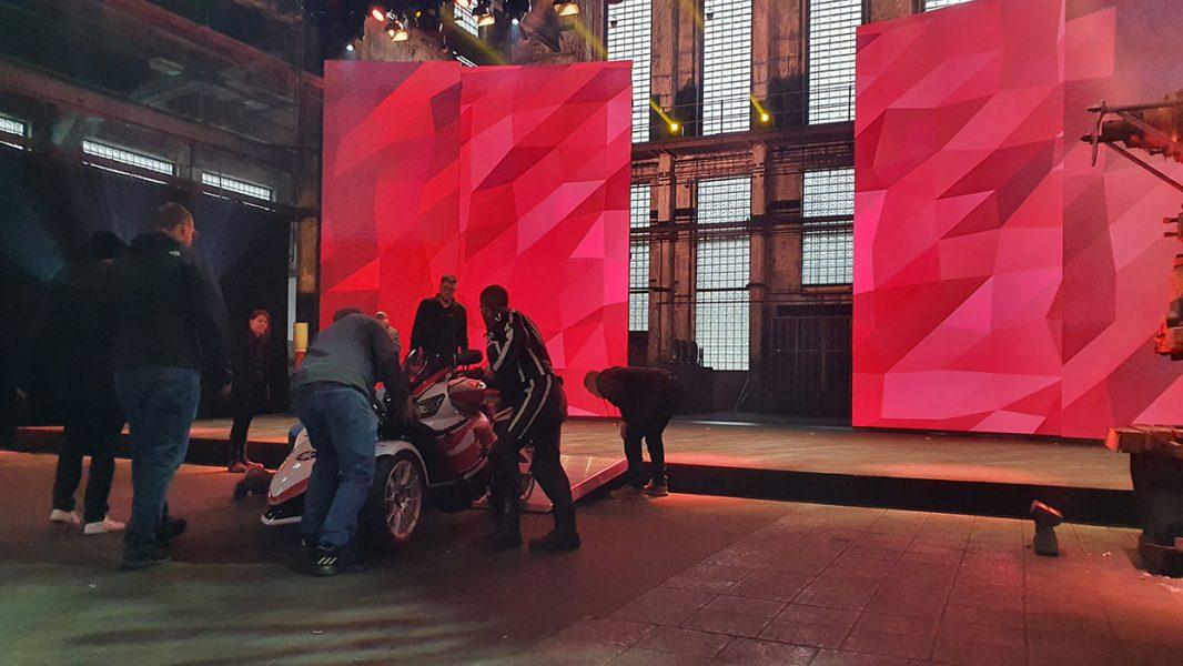 geöffnete LED Wand durch die ein Motorrad fährt