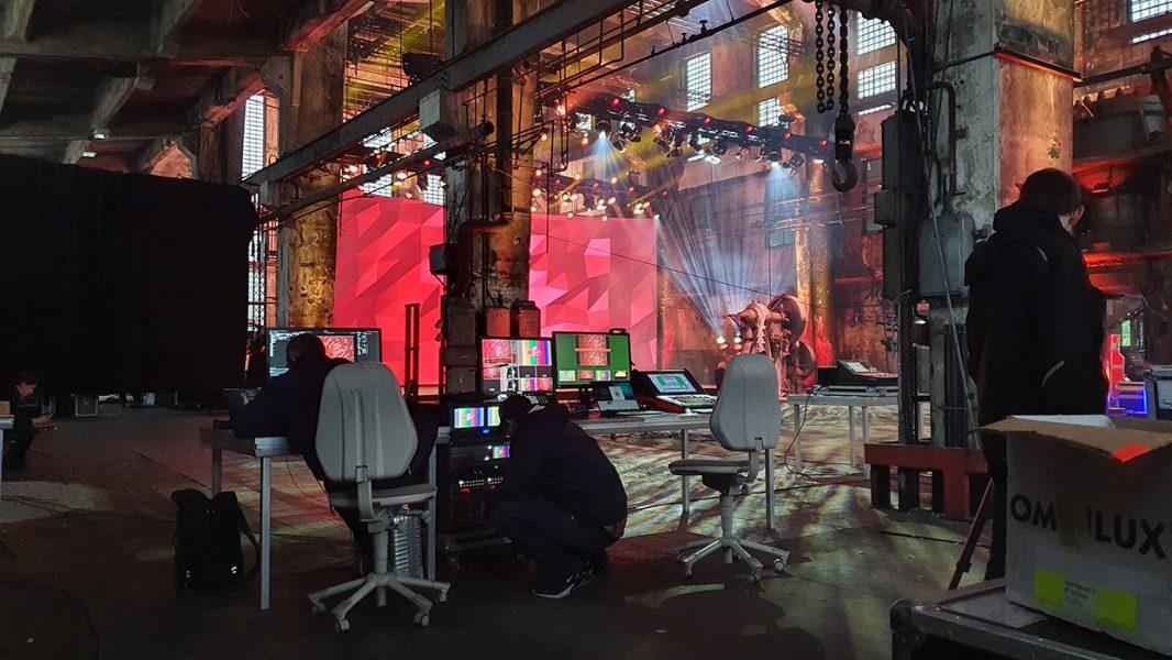 Regietechnik vor einer gebogenen LED Bühne