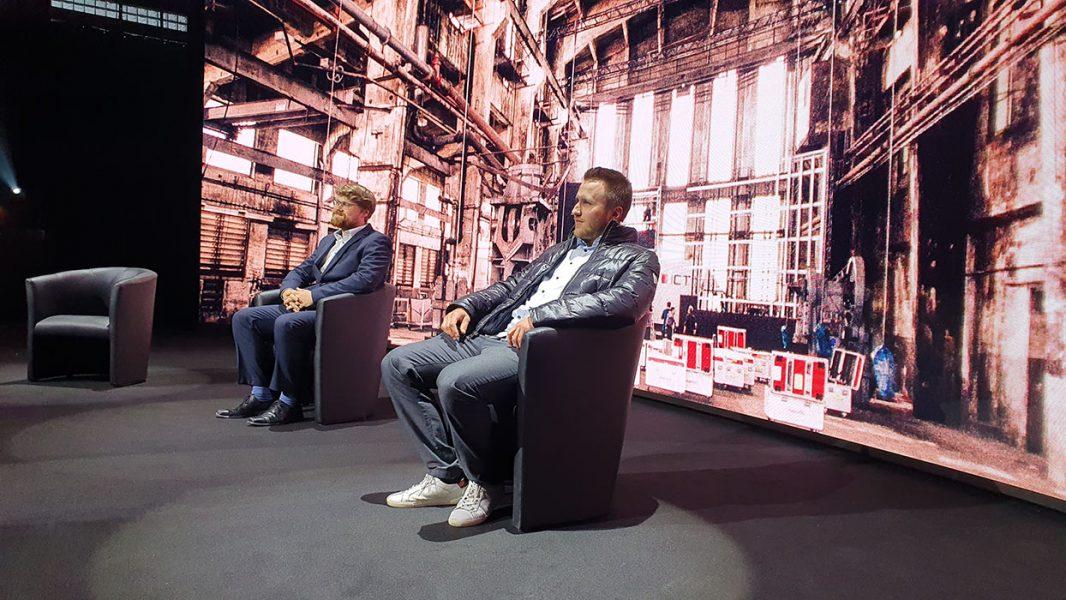 Talkgäste auf einer Bühne mit agiler LED Rückwand