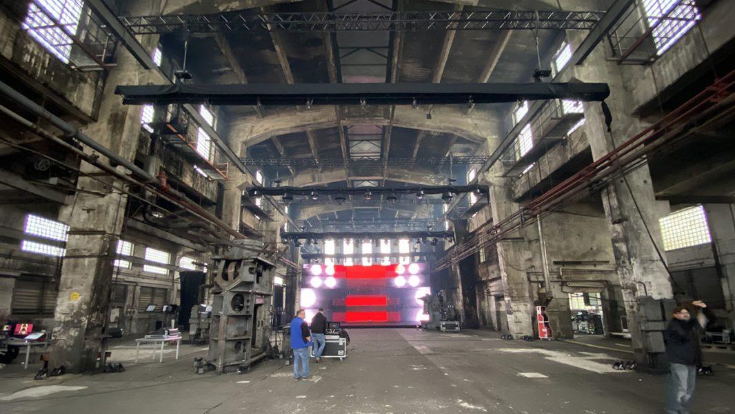 Alte Schmiedehalle mit Industrie Charme und einer LED Wand