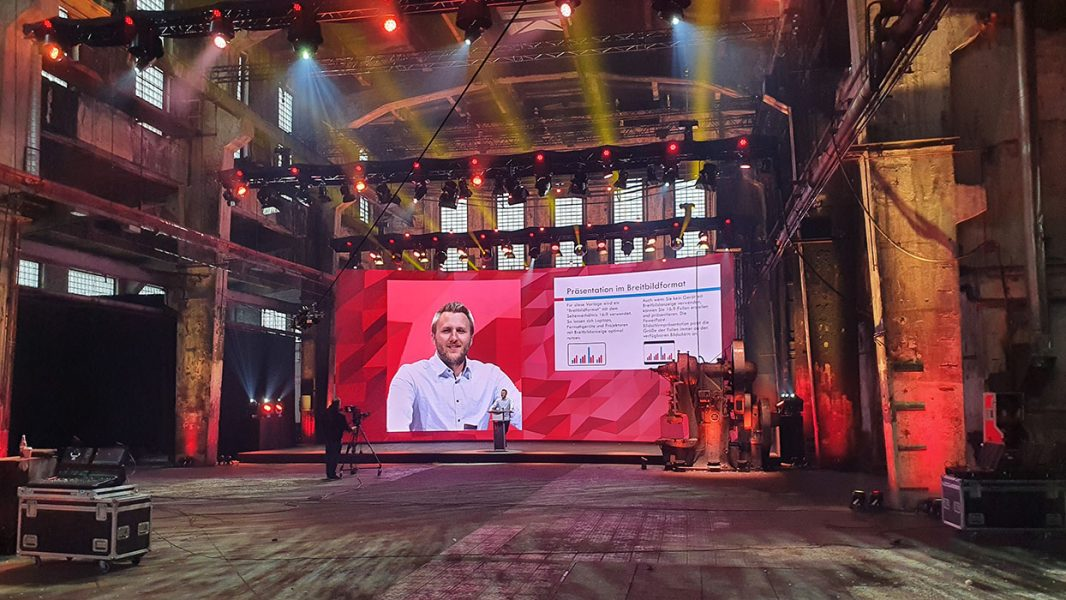 Motorworld Metzingen mit kinetischer LED Bühne