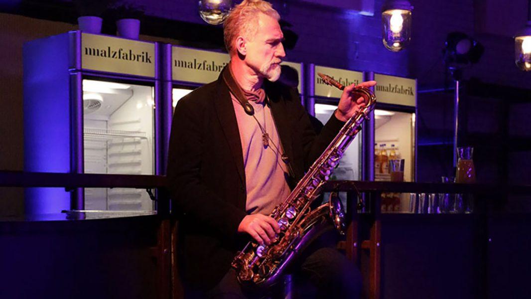 Saxophonist im Hybrid Studio Berlin