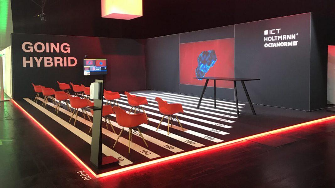 Leerer Messestand mit Stühlen und LED Rückwand