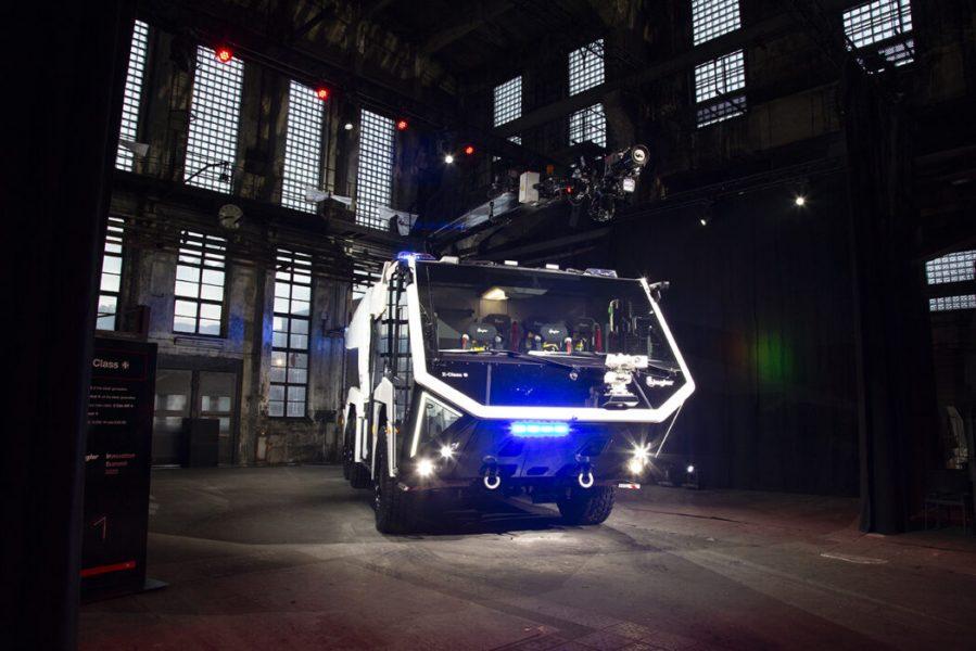 Feuerwehrauto in Industriehalle