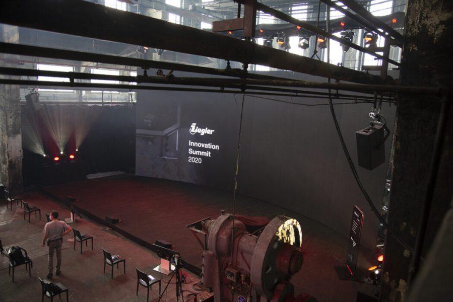 gebogene LED Wand liner einen Bühne in der Motorworld Metzingen