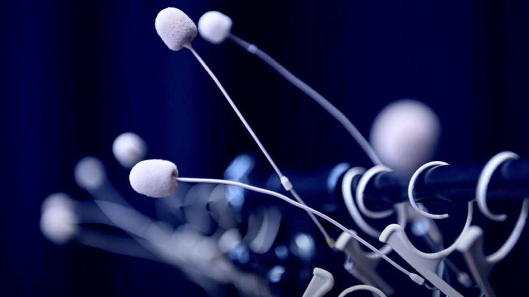 Weisse Mikrophone vor einem blauen Hintergrund