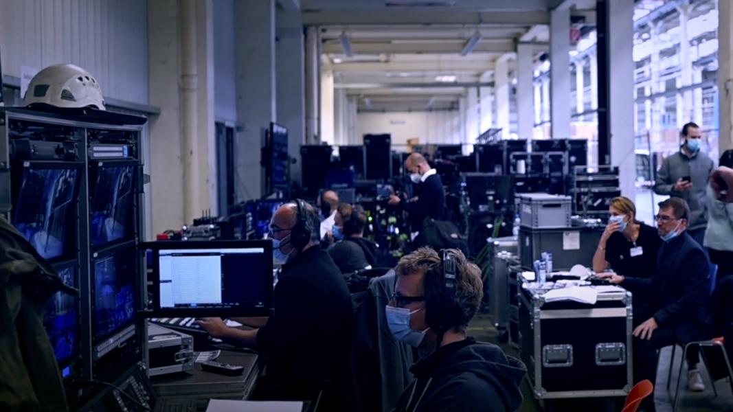 Filmtechniker arbeiten vor Bildschirmen in einem Regieraum