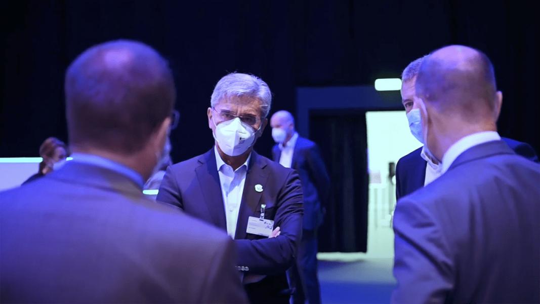 3 Businessmänner unterhalten sich mit Masken